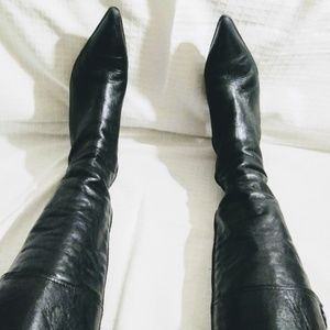 Black boots with heel, pointed toe